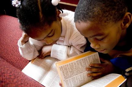 Giúp trẻ em có thói quen đọc Kinh Thánh