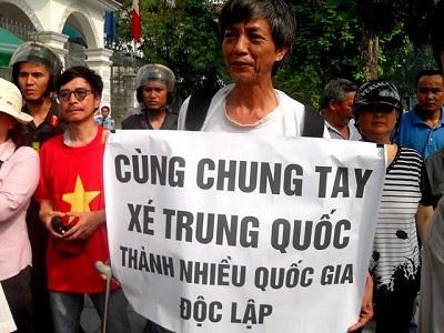 Tiến sĩ Đỗ Xuân Thọ trong một lần xuống đường biểu tình chống Trung Quốc