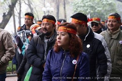 Bà Lê Thị Phương Anh trong một cuộc biểu tình tại Hà Nội năm 2014 – ảnh: Nguyễn Lân Thắng