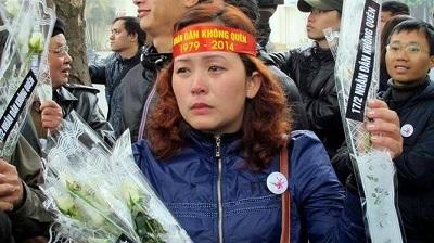 Bà Lê Thị Phương Anh trong một lần xuống đường biểu tình chống Trung Quốc