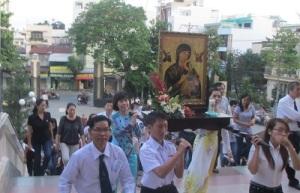 Rước bức linh ảnh Đức Mẹ Hằng Cứu Giúp trong ngày khai mạc Tuần Đại Phúc tại Giáo xứ Phú Trung, Tổng Giáo phận Sài Gòn