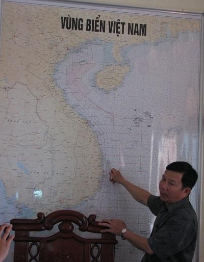 Đại tá Lê Tiến Hưng – Tham mưu trưởng Bộ chỉ huy Bộ đội biên phòng chỉ những vùng biển thuộc chủ quyền của Việt Nam. Ảnh dantri