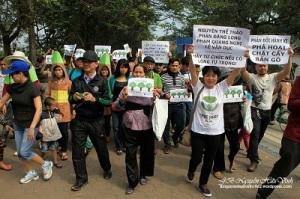 Người dân tuần hành phản đối việc chính quyền Hà Nội chặt cây xanh tại bờ hồ Hoàn Kiếm, sáng 12.4. Ảnh JB Nguyễn Hữu Vinh