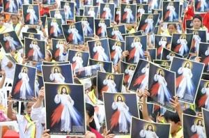 Làm phép ảnh Lòng Chúa Thương Xót