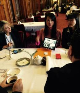 Cô Uyên Di đang trình bày trường hợp Nguyễn Viết Dũng đến Bộ trưởng đối lập Đa văn Hóa bà INGA PEULICH và ông BERNIE FINN Thư ký đối lập