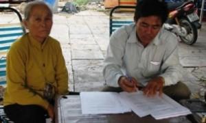 Ông Nguyễn Văn Trọng bên mẹ ruột viết đơn xin tự thiêu để đòi công lý cho con. Ảnh báo lao động